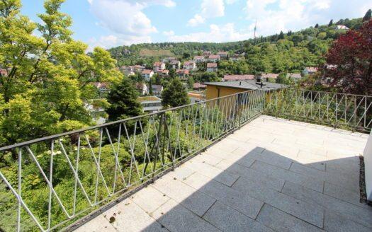 Gepflasterter Balkon mit Eisengeländer und unverbautem Blick