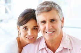Portrait von jungem lächelnden Paar
