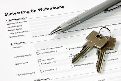 Mietvertrag für Wohnräume mit Stift und Schlüsselbund