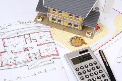 Miniaturhaus, Grundrisszeichnungen, Taschenrechner und Stift