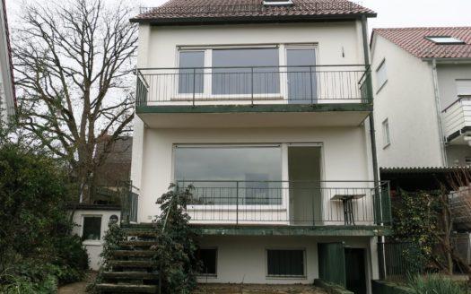 Rückwärtige Ansicht eines freistehenden Hauses mit zwei Balkonen