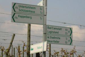Schilder mit Angaben zur Entfernung nach fellbach, Bad Cannstatt, Kappelberg, Luginsland