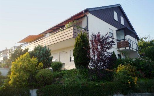 Haus mit schwarzer Giebelverkleidung und weitläufigem Balkon