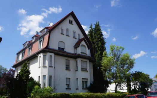 Weiß gestrichenes Mehrfamilienhaus mit Giebeldach