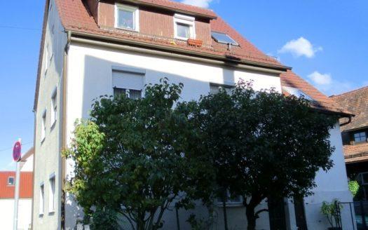 Obstbäume vor einem älteren Mehrfamilienhaus