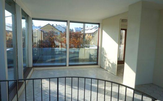 Weißer Eingangsbereich mit bodentiefen Fenstern