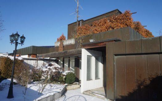 Hausfassade mit Blechverkleidung Garage und Eingangsbereich