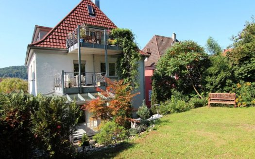Einfamilienhaus mit schön dekorierten Balkonen und großem Garten