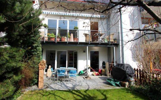 Reihenhaus mit hohen Fenstern und großer Terrasse