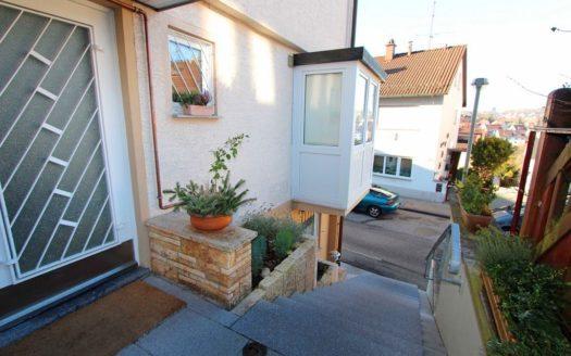 Hausaufgang aus Steinstufen und Glastüreingang