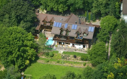Luftansicht auf Villa mit Swimmingpool und großem Grundstück