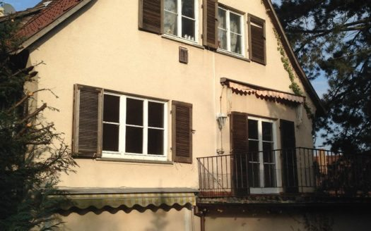 Aussenansicht einer Villa mit Balkon