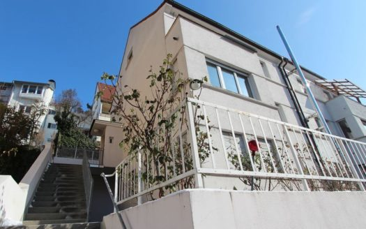 Treppenaufgang zu rosafarbenem Mehrfamilienhaus
