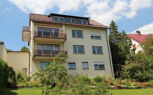 Mehrfamilienhaus mit zwei Balkonen, Dachgaube und Souterrain