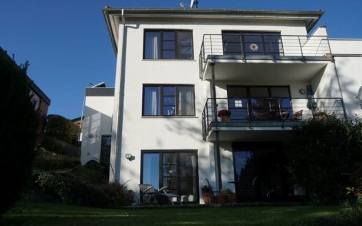 Ansicht auf modernes Haus mit zwei Balkonen und 2 Terrassen