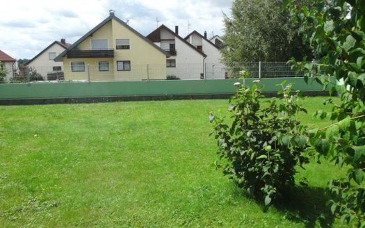 Großer, eingezäunter Garten mit Sträuchern
