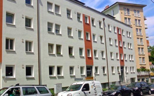 Aussenansicht Wohngebäude mit vielen Fenstern