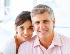 Lächelndes Paar mittleren Alters
