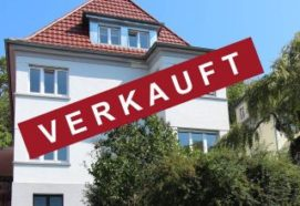 Frontansicht eines Hauses mit Verkauft Schild