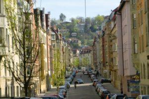 Straße im Heusteigviertel in Stuttgart - Menschen, Autos, Gebäude