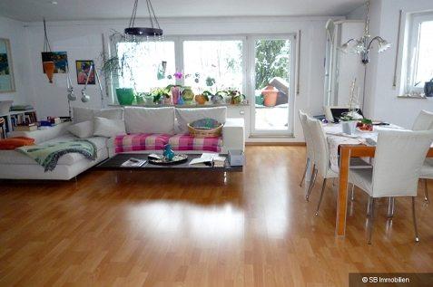 Kombiniertes, hell möbliertes Wohn- und Esszimmer