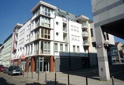 Moderner Wohnungsbau mit Eckfenstern und kleinen Balkonen