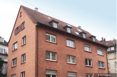 Altrosa Mehrfamilienhaus mit vielen kleinen Doppelfenstern