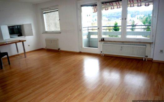 Zimmer mit Durchreiche zur Küche, Balkonzugang und Markise