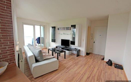 Helles Wohnzimmer mit weißer Couch