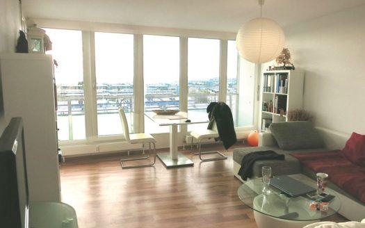 Modern eingerichteter Wohnbereich mit bodentiefen Fenstern