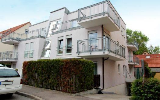 Modernes Wohnhaus mit schrägem Treppenhaus und Eckbalkonen