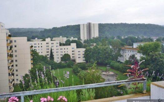 Balkonblick auf Park, Hochhäuser und hügeligen Wäldern