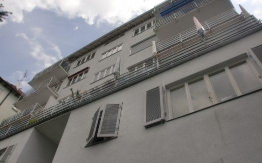 Modernes Wohngebäude mit Etagenbalkonen und länglicher Terrasse
