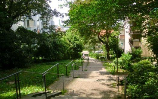 Treppenzugang zu mehreren Wohnhäusern