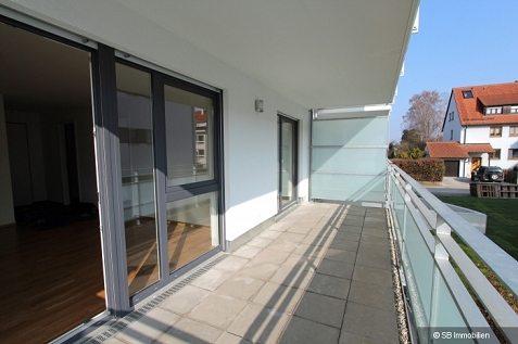 Länglicher Balkon mit Steinboden und Metallgeländer