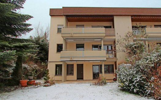 Drei-Parteien Wohnhaus mit Terrasse und zwei Balkonen im Winter