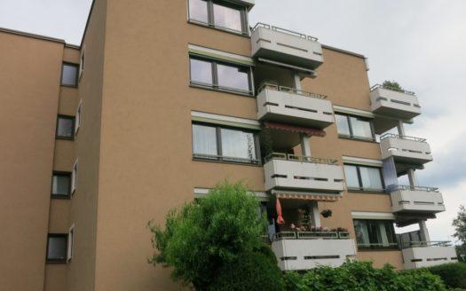 Wohnhaus mit fünf Etagen und vier Balkonen