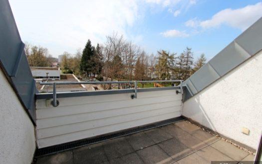 Dachgaube mit Steinplatten und weißem Geländer