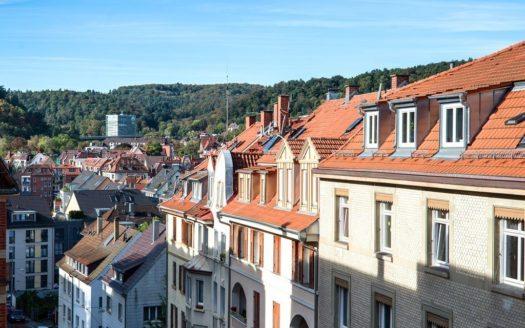 Blick auf die Dächer der gegenüberliegenden Häuser