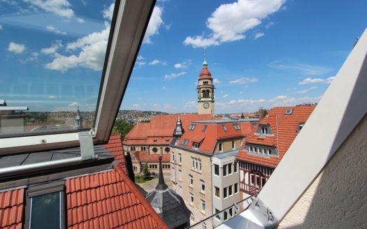 Blick aus Dachfenster über Hausdächer zur Leopoldskirche