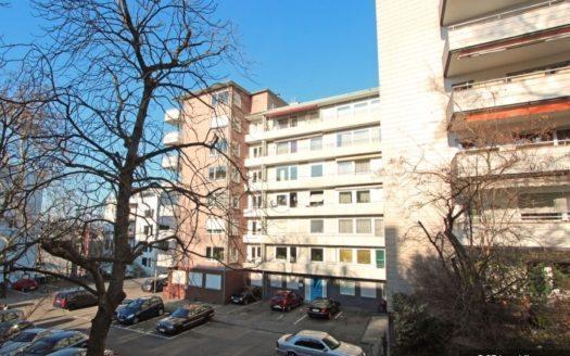 Wohngebäude mit Balkonen und parkenden Autos