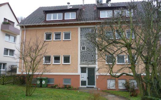 Frontansicht eines Wohnhauses mit innenliegendem Flur