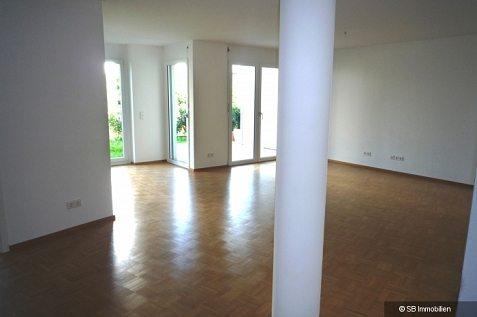 Verwinkelter Raum mit Zimmersäule und Terassenzugang